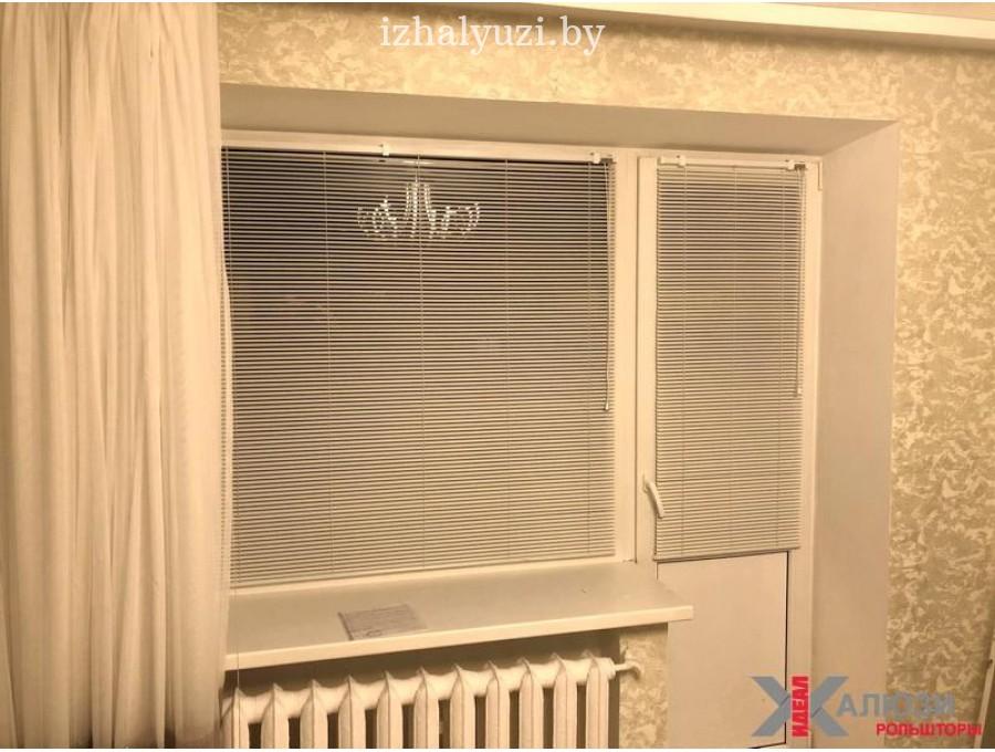 Алюминиевые жалюзи на балконное окно