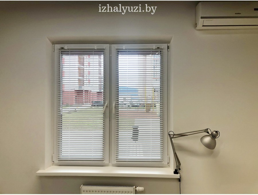 Жалюзи в офис для небольшого окна