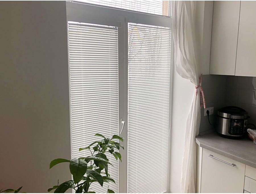 Жалюзи в кухню на французское окно