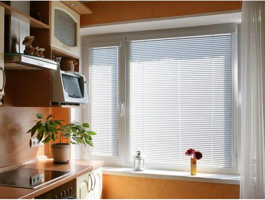Жалюзи для кухни на широкое окно