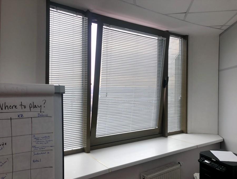 Жалюзи в офис для трехстворчатого окна