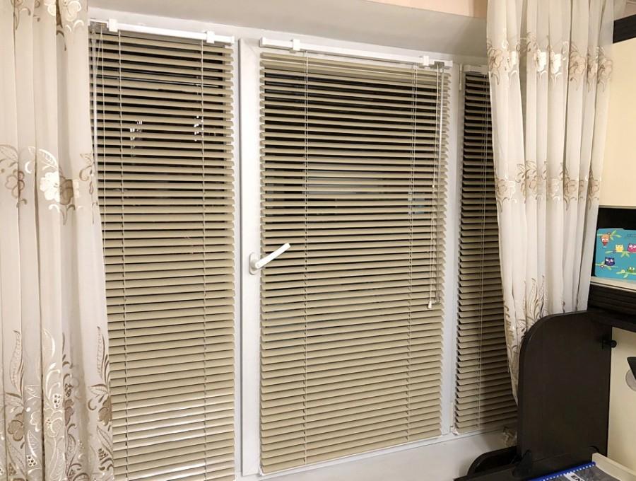 Горизонтальные жалюзи для трехстворчатого окна
