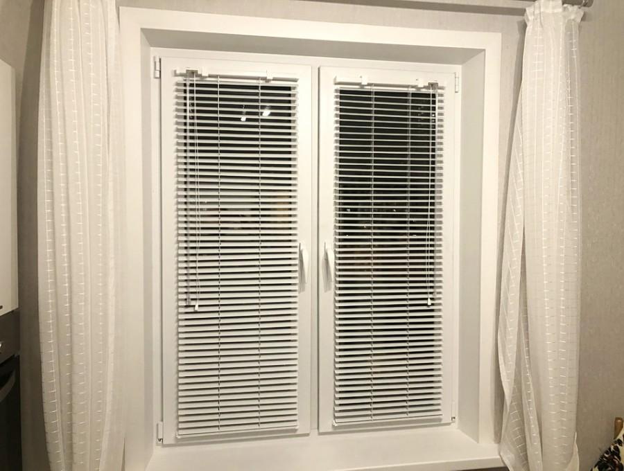Горизонтальные жалюзи для окна на кухню