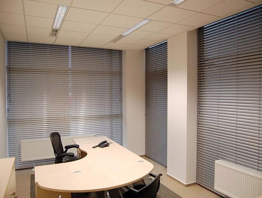 Жалюзи в офис на панорамные окна